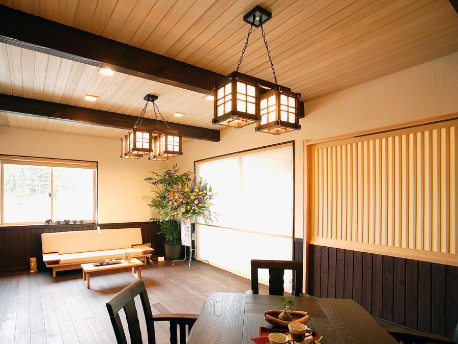 杉の羽目板の天井と、濃い色で塗装した床は民芸風の仕上げになっています。