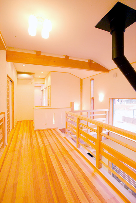 2階の床板は源平杉を使用しており、赤と白のコントラストが愉しめます。