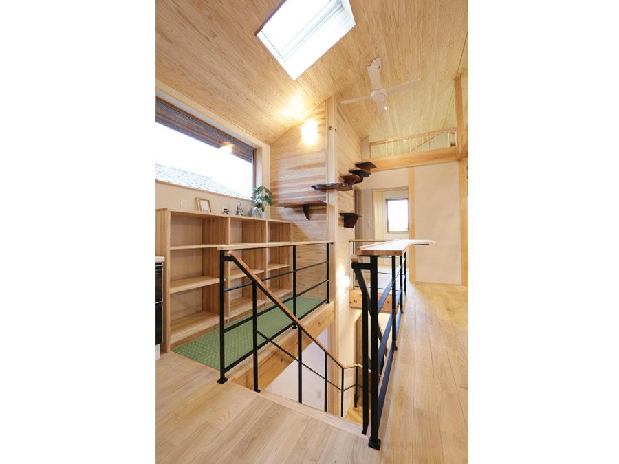心地いい光が差し込むトップライト。 階段横の吹き抜け床は光と風を1階へ運び、ピアノの音を2階へと運ぶ。