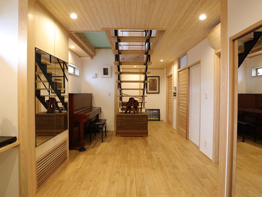 木の風合いの中に、階段のアイアンが印象的。