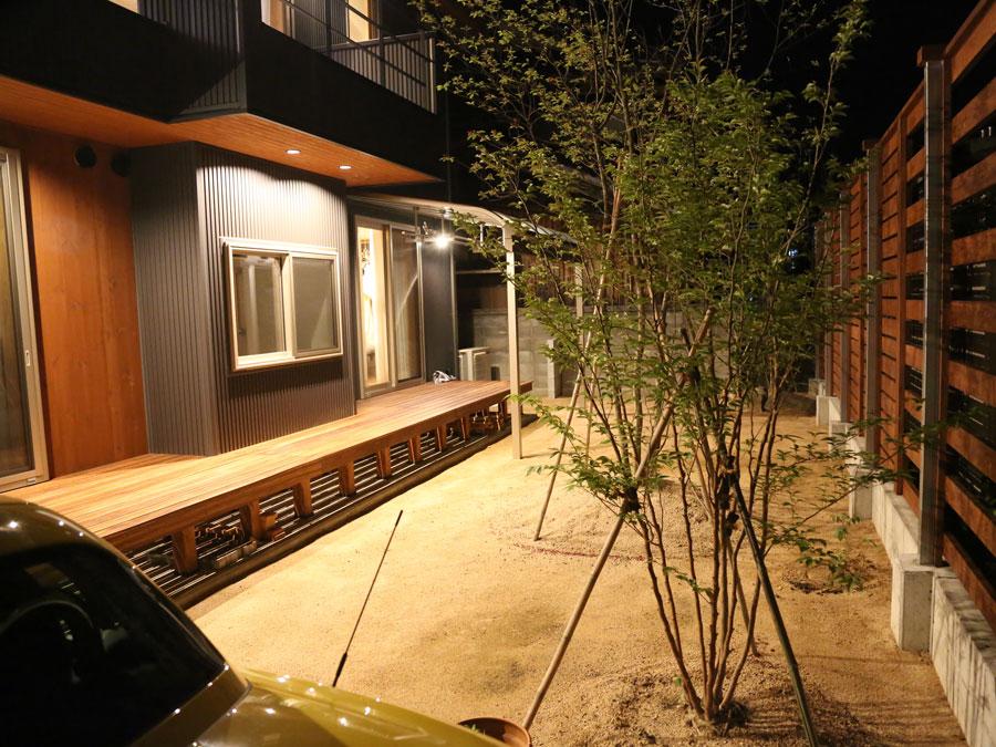昼と夜では雰囲気を変える庭をウッドデッキで楽しむ
