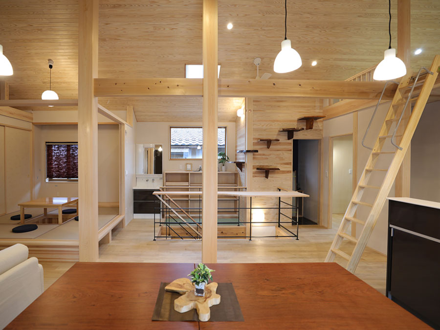 木の香りがいっぱいの生活空間。普段は開放的な和室も襖をしめると落ち着いた客間に。