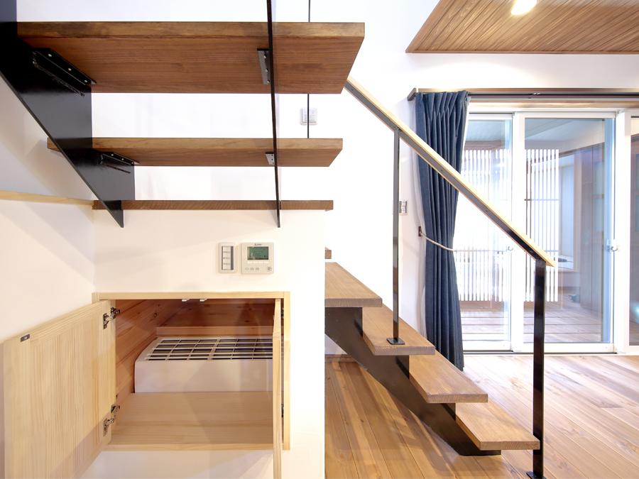 木製のストリップ階段下の床室エアコン(基礎断熱と地熱により安定した温度の空間ができます。