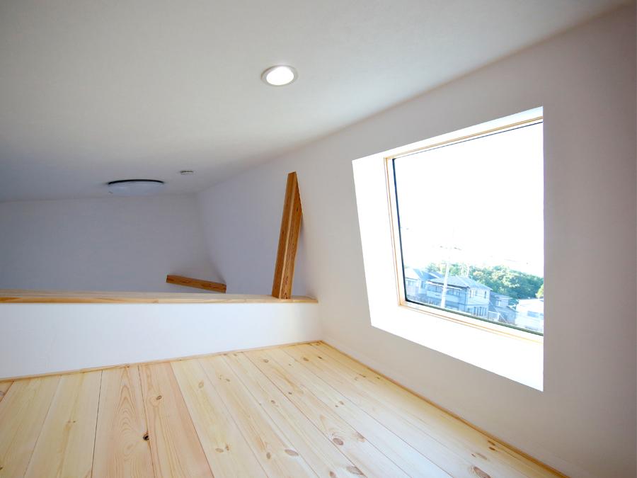 2階にある2つの子ども室両方から上れるロフトには天窓を採用