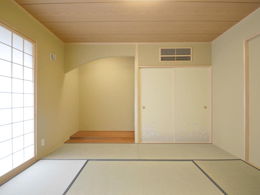 床の間の垂れ壁が丸くなり、優しい雰囲気の和室。