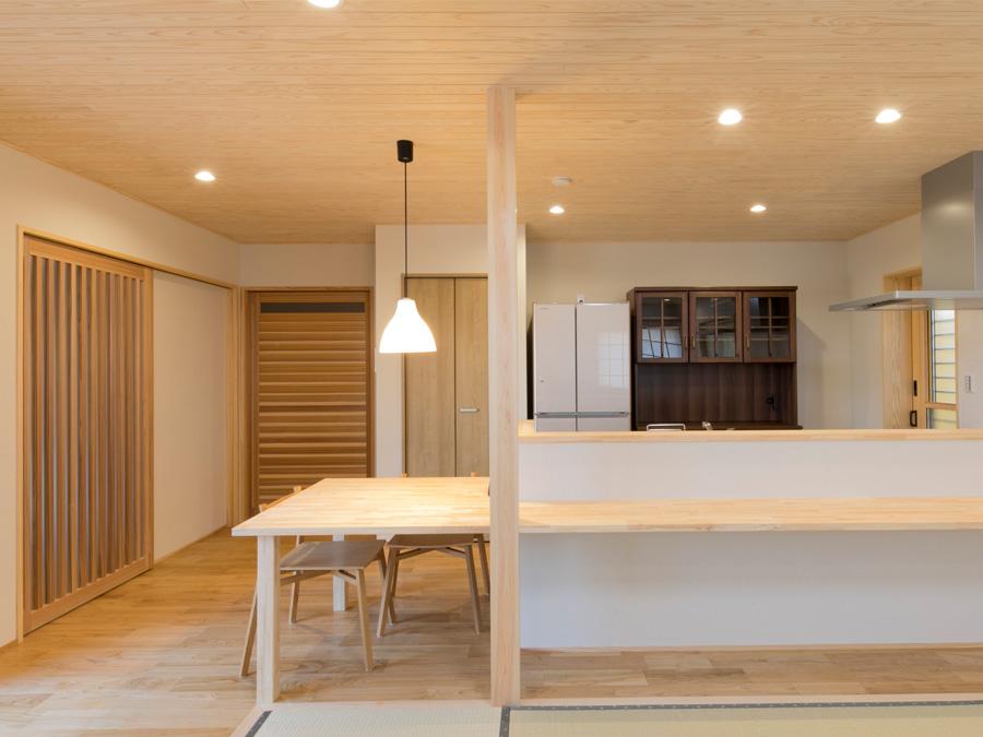 キッチンカウンターとダイニングテーブルを兼ねたカウンター設計
