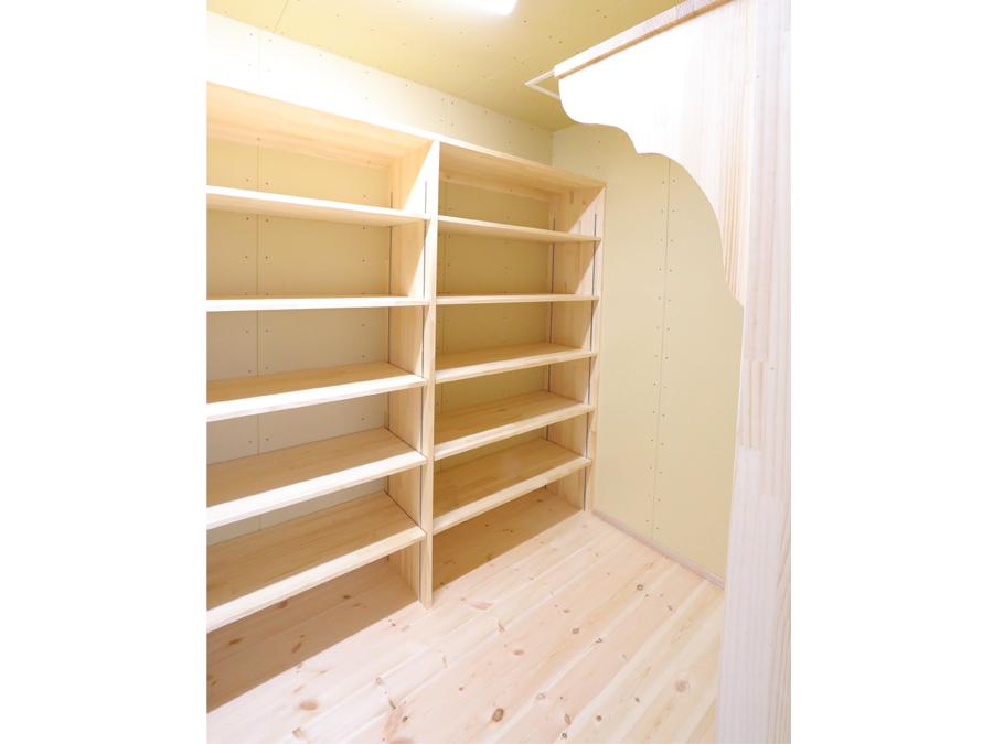 たっぷりと収納できる棚も設置。