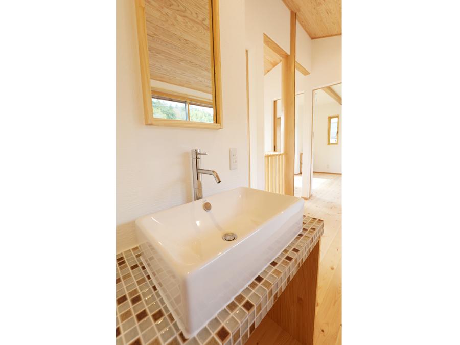 二階に備え付けられたタイル張りのかわいい洗面台