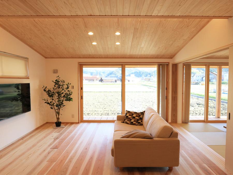 大きな窓から光が注ぐ開放的なリビング。