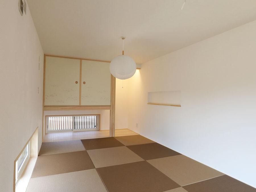 琉球畳を市松模様に並べた和室。来客時はもちろん、リラックススペースとしてゆっくりした 時間を過ごすこともできる。