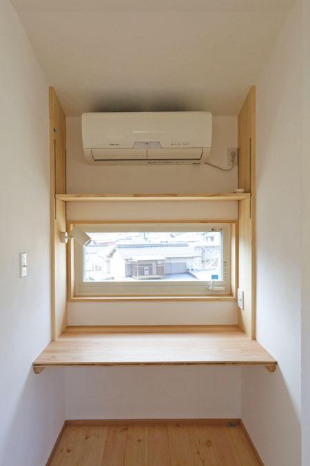 個室の窓際にスタディコーナーを。子どもの頃は勉強机として、将来は書斎スペースとしても活用できる。
