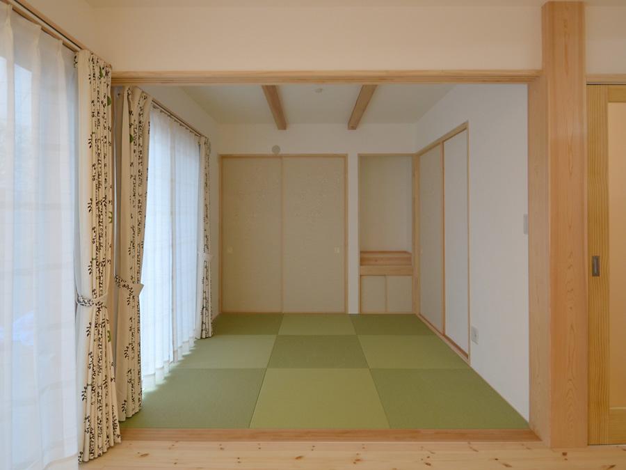 和室は和紙畳を使用し、毛羽立ちにくくなっています。将来的にはお母様が生活出来るようになっており、掃き出しの窓からは明るい日射しが入ってきます。
