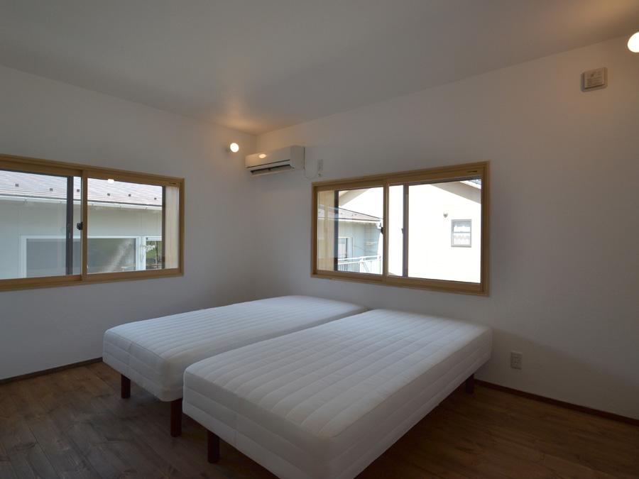 壁面に照明を取り付け、ゆっくりと睡眠に入っていける寝室。