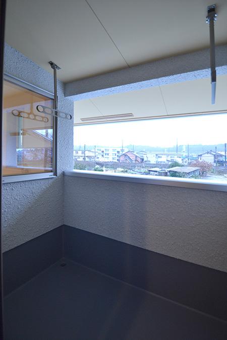 2階の半分あったバルコニーを縮め、見渡しの良い眺めはそのままに洗濯物を干せる分だけのバルコニーに。