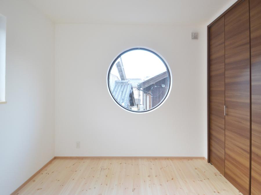 丸い大きな窓。中から覗くと、船内から町を見ているかのよう。