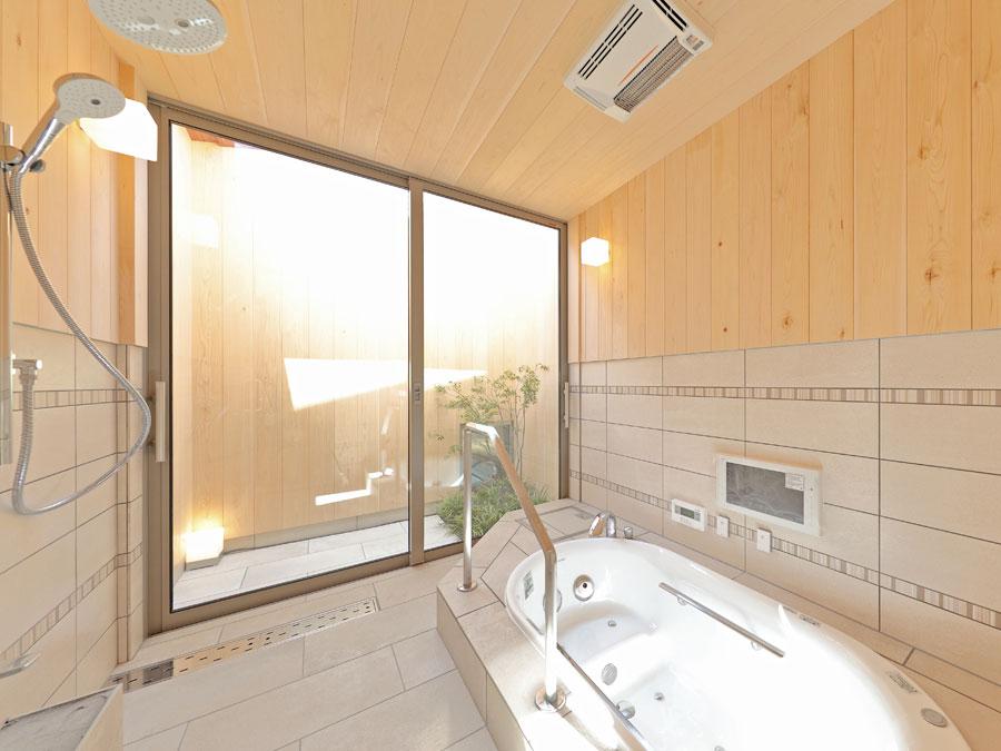 坪庭を眺めながらの入浴は、毎日の楽しみになりそう。