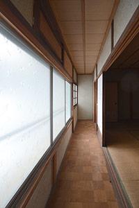 外観はガラリと印象を変え、また窓も増やしました。ガラスブロックを埋め込むことで家の中の温かい光が家族を迎えてくれます。