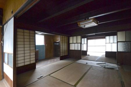 チークに床や窓の枠も合わせた内装。チークと漆喰の色合いが落ち着いた空間を演出しています。