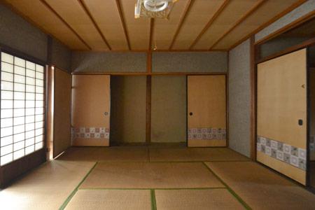 長年屋根裏に隠れていた立派な梁が現れチーク塗装されました。杉の羽目板の天井は開放感のある空間に。