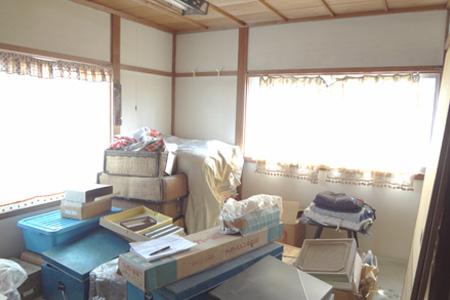 バルコニーにつながる寝室。長年仕舞われていた梁を見せてナチュラルな空間に。