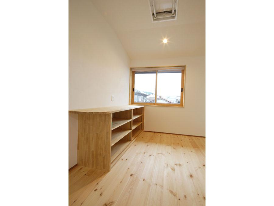 2階のオープンスペース。窓際のカウンター下にはたっぷりの収納を。