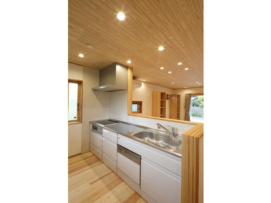 家事をしながら家族との時間を楽しめるよう、キッチンは対面式に。