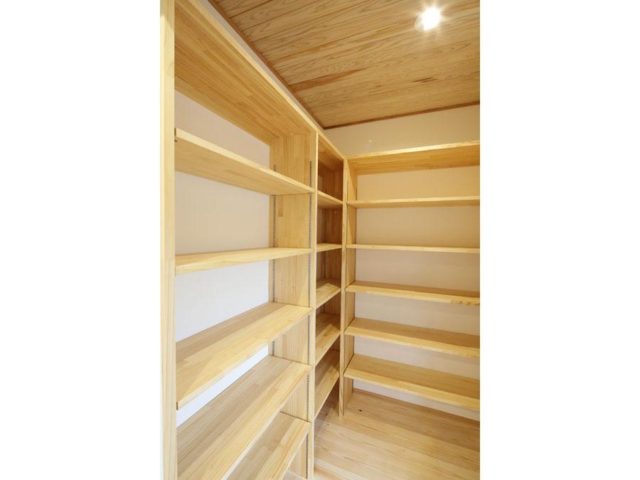 キッチン横のパントリーは、大満足の容量。 棚は可動式なので収納する物にあわせて高さを変えられる。