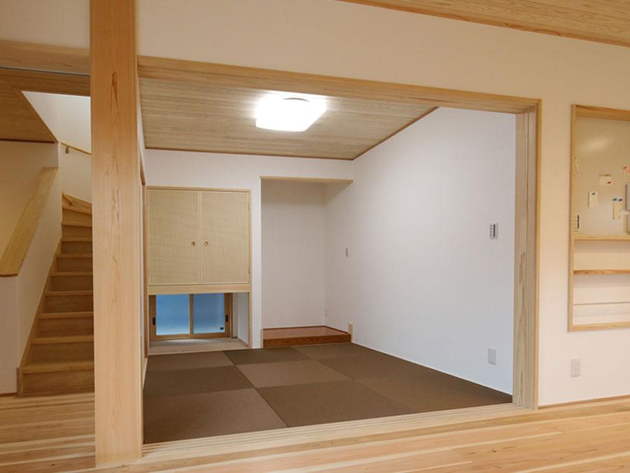 リビングとつながった和室。リビングとの調和を考え、畳は落ち着いた色合いに。 襖を閉めれば、プライベート空間にかわる。