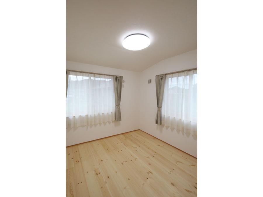床の天然木がやわらかい印象の個室。