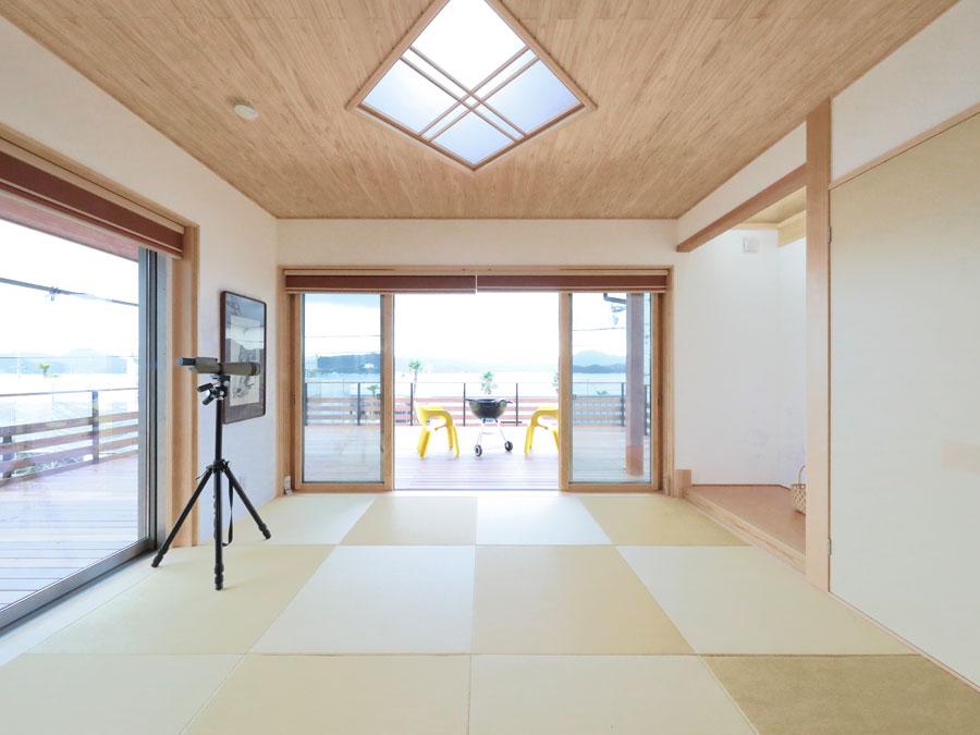 見晴らしのいい和室。 大開口とつながるウッドデッキでは友人とバーベキューをしたり 夏空を望遠鏡で眺めたり、アウトドアリビングとして空間を最大限利用。