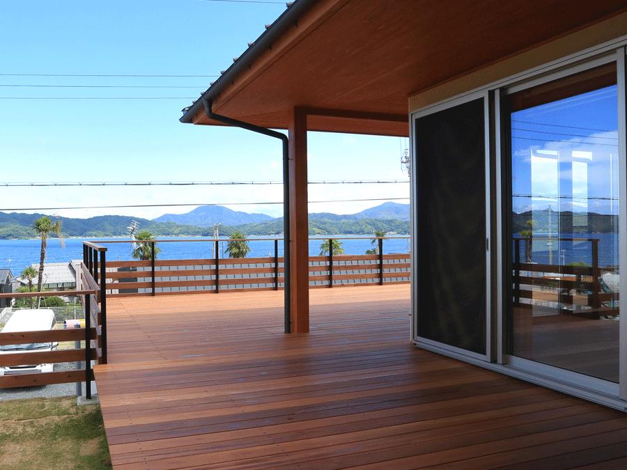 広々としたウッドデッキ。天然木が素足に気持ちいい。 天気のいい日はオープンリビングとして海と空を満喫できる。