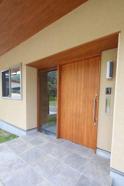 木とガラス、石畳。質感の違いがデザイン性を高める。
