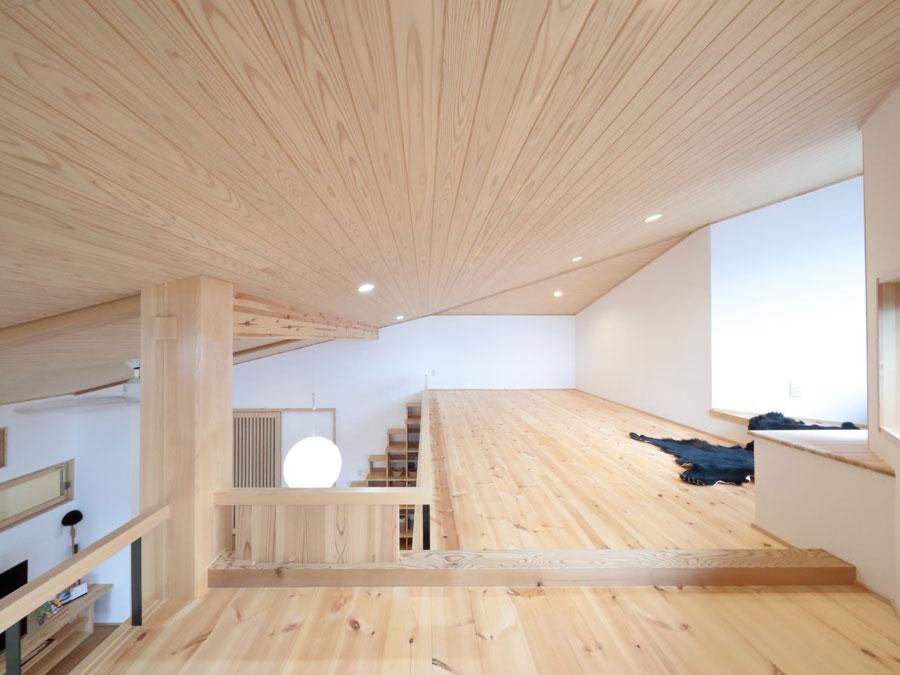 天然木が美しい勾配天井と広々としたロフト。