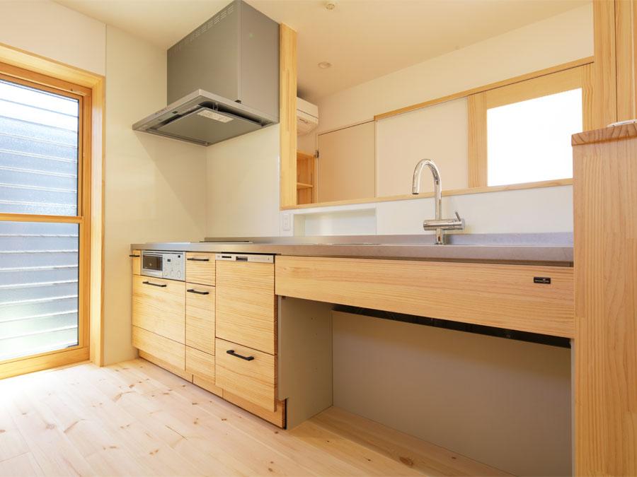 ナチュラルな風合いのキッチン。収納もたっぷり。