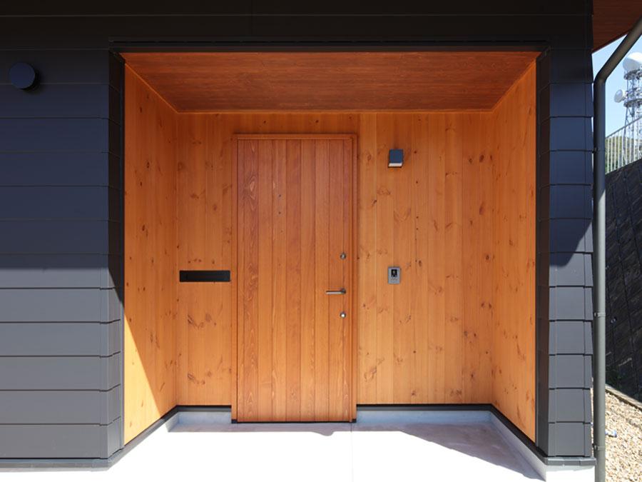 ナチュラルウッドの玄関。美しいだけでなく断熱性能にも優れた高性能木製ドア。