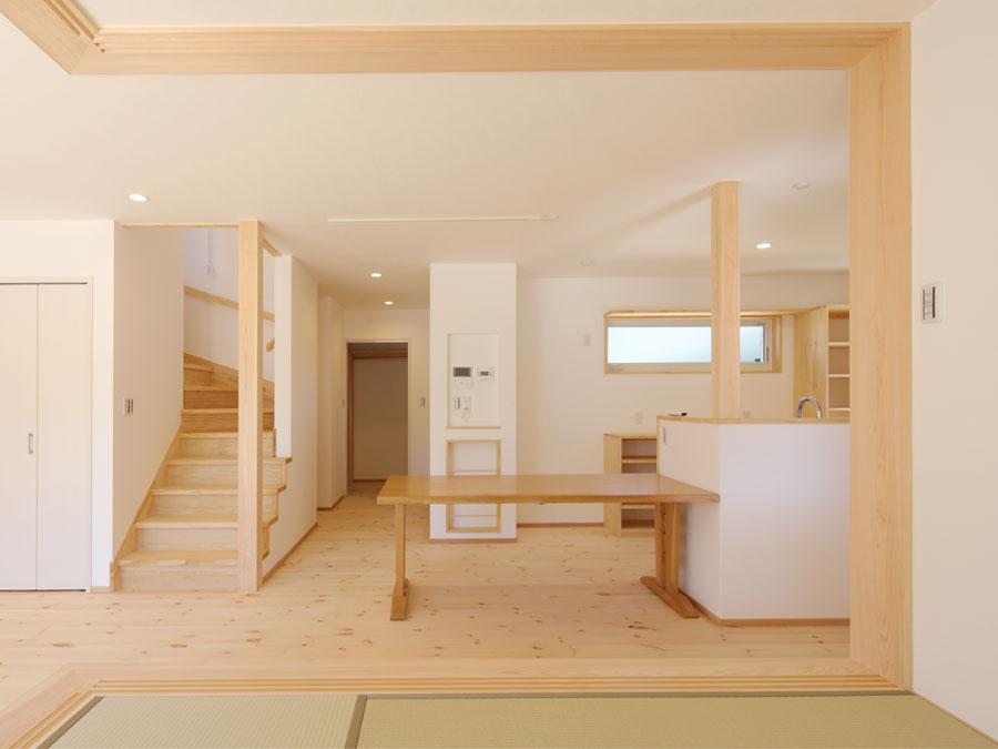 キッチン横のダイニング。 奥にはスタディコーナー、洗面浴室、ファミリークローゼットがある。家事動線を考えた間取り。