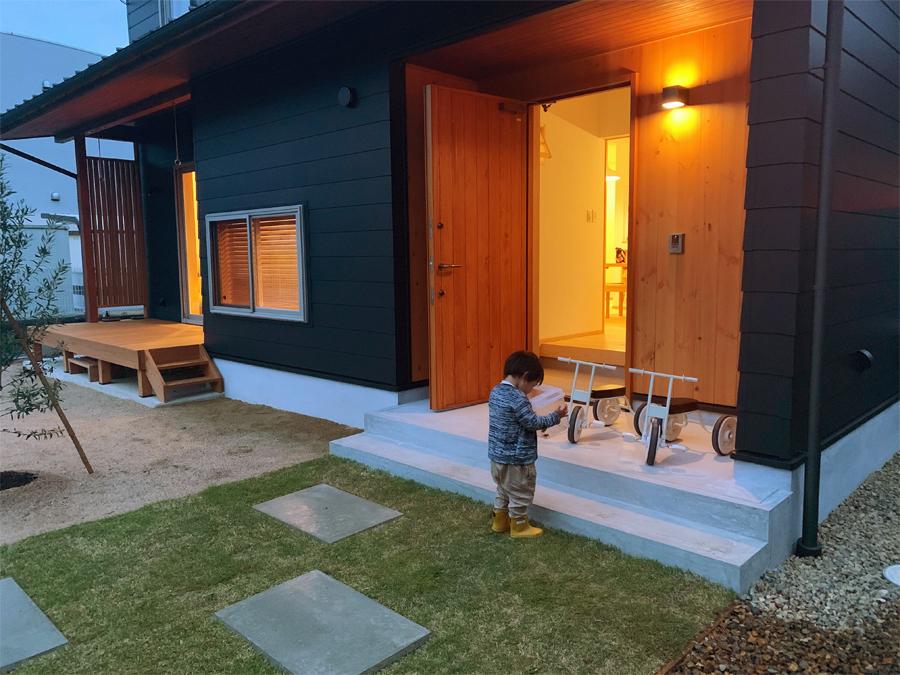 夕暮れ時、サワガニをGET。 自然とともに育つ家。