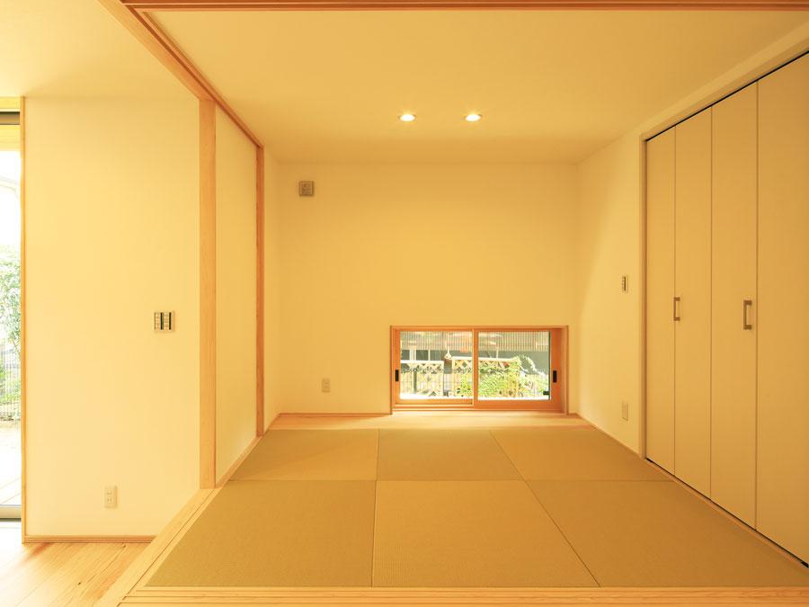 地窓を開ければ、視線を気にすることなく、光や風を取り込める。