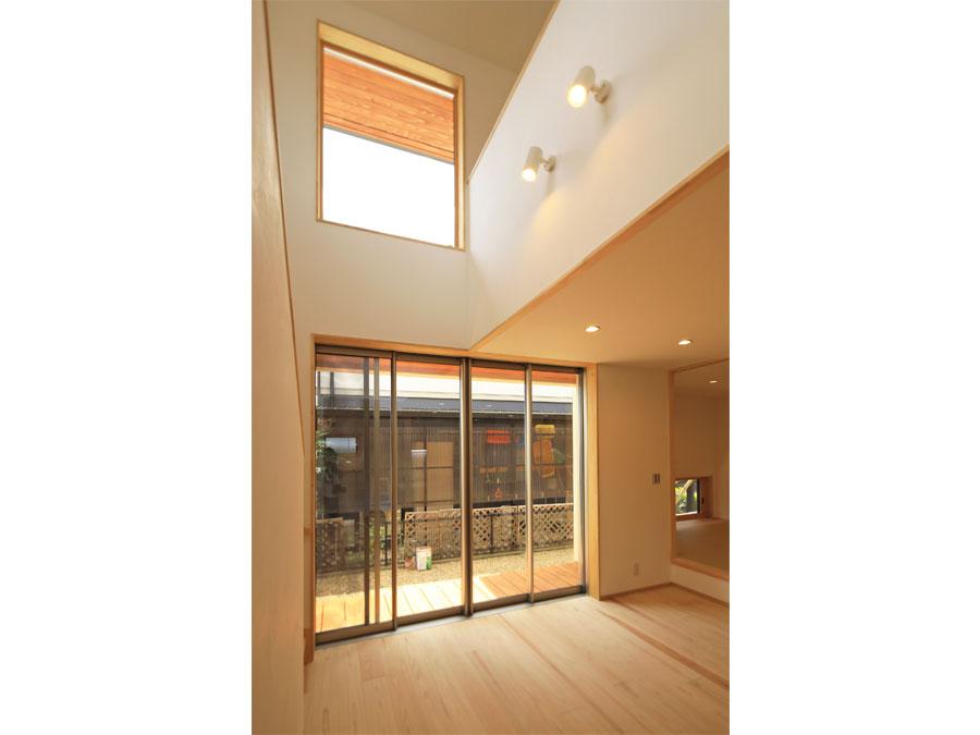吹抜けのあるリビング。 高窓からは隣家を気にせず光と空の景色を取り込むことができる。