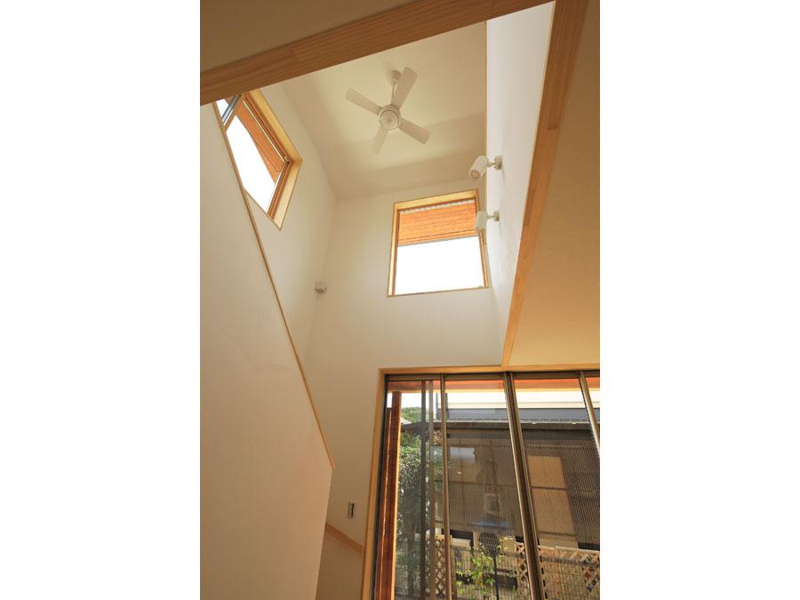 リビング階段と吹抜けで、家全体が繋がりのある空間に。