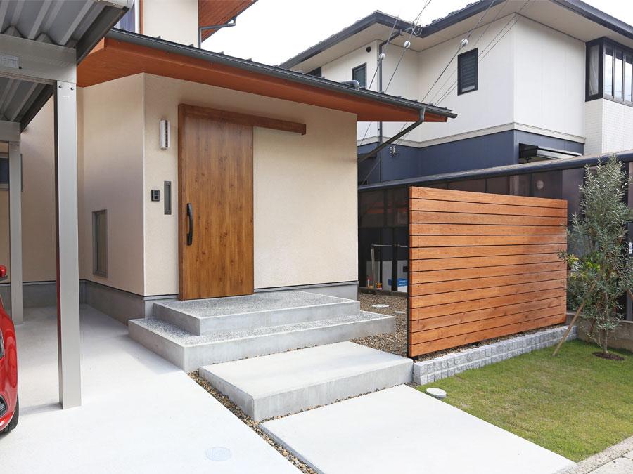 木製ドアで落ち着きのある玄関。