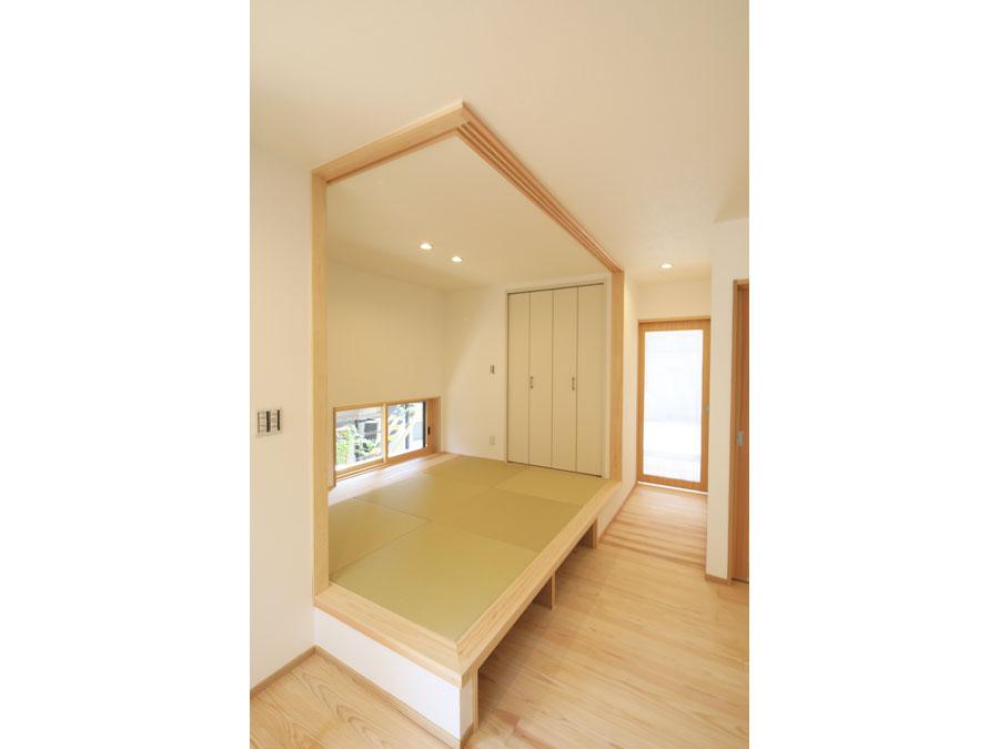 玄関すぐの小上がり和室。 お友達とお茶したり、子ども達と昼寝したり、ほっと落ち着ける場所。