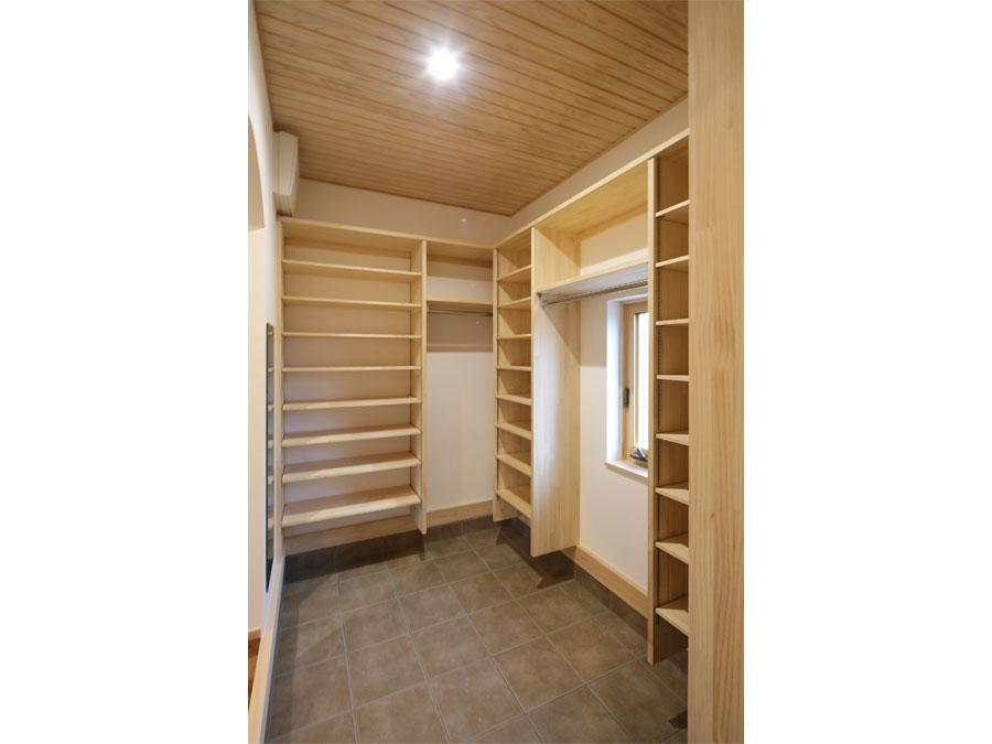 玄関横には大容量のシューズクローク。 コートハンガーもあるので、おでかけ時にわざわざ部屋まで上着をとりにいかなくていい。