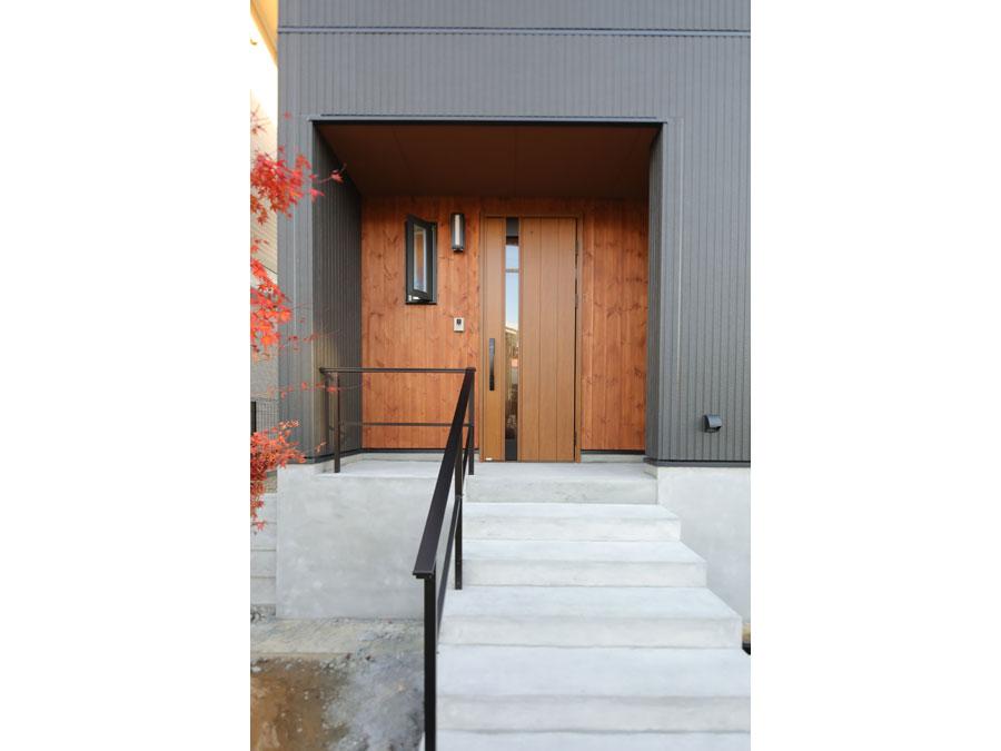 縦線が基調の外壁とあわせて 玄関も縦ラインを意識したデザインに。