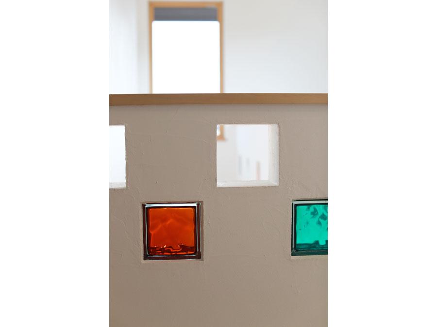 白い漆喰壁にカラフルなガラスブロックをはめ込み、暮らしにアクセントを。