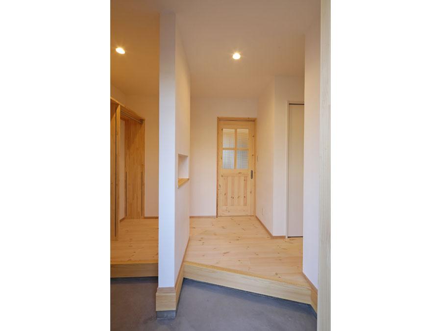 仕切り壁で家族用とゲスト用の動線を分けた玄関ホール。