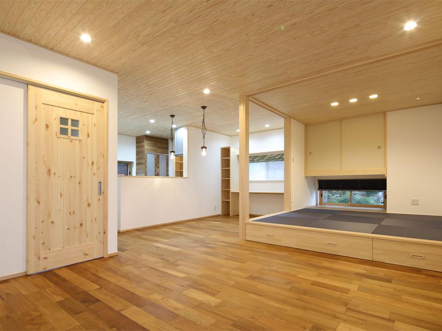 ひと繋がりのLDKとオープン和室。 自然素材で心地いい空間は、天然木の経年美も楽しみ。