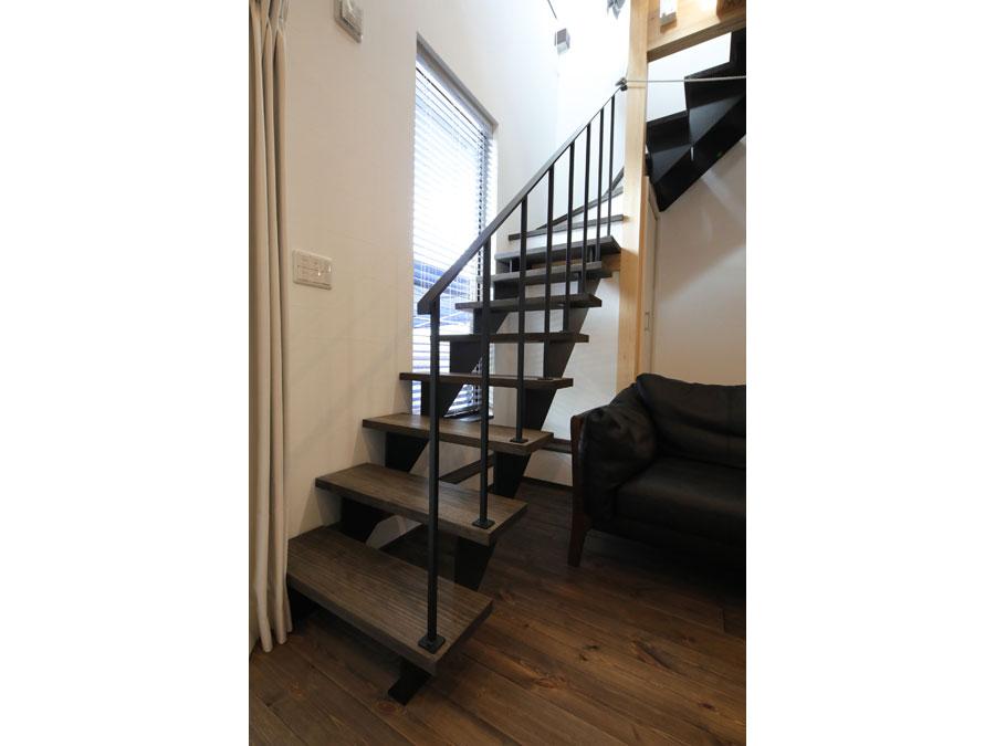アイアンのオープン階段の下には実は収納が。 収納を感じさせない設計のマジック。