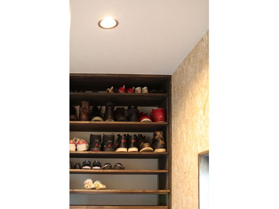シューズクロークは可変棚。 靴の大きさで高さを自由に変えられる。