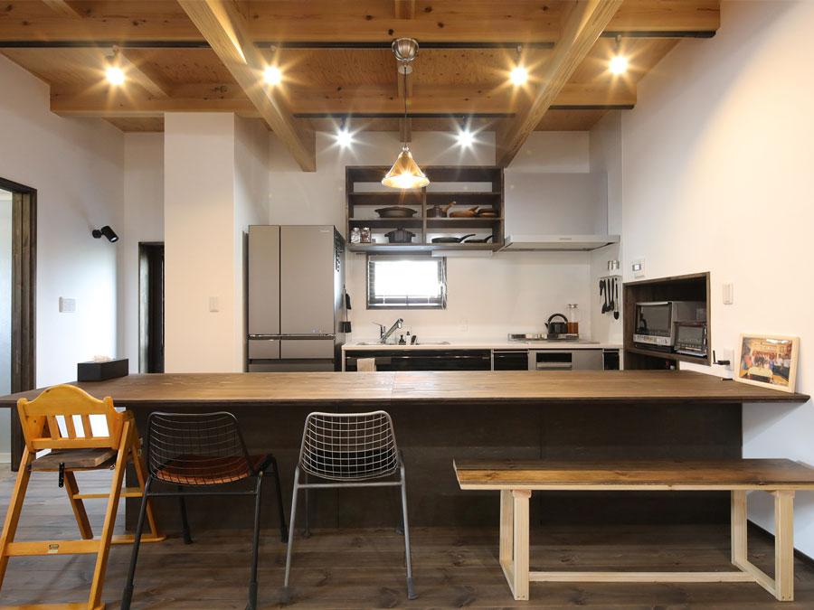 家族や友達、たくさんの笑顔が集まるキッチンカウンター。 裏は収納スペースになっているので、食事の準備もスマートに。
